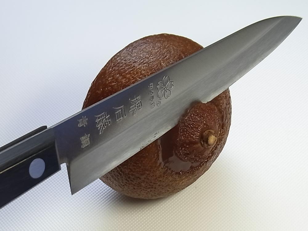 丸柚餅子の切り方1.へたの部分を切り落とします。 - 柚餅子総本家中浦屋
